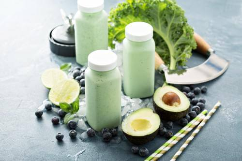 Green smoothies in small bottles to go